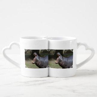 Hipopótamo con su boca abierta tazas amorosas