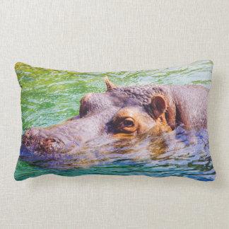 Hipopótamo en el agua colorida, fotografía animal cojin