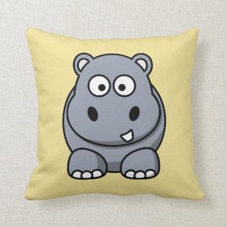 Hipopótamo en un fondo amarillo almohada