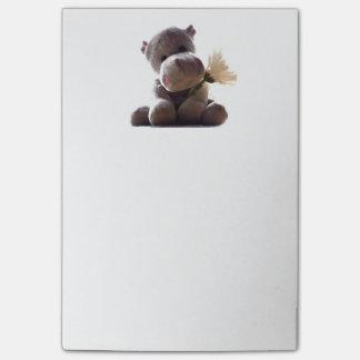 Hipopótamo gris feliz con la fotografía del dibujo nota post-it