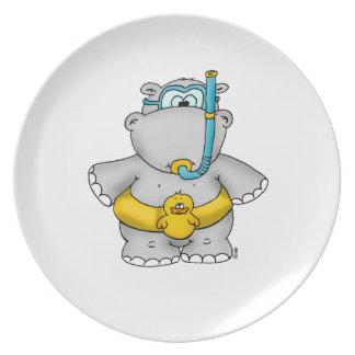 Hipopótamo lindo con un neumático flotante y los g platos de comidas