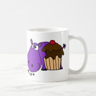 Hipopótamo púrpura divertido que come la magdalena taza de café