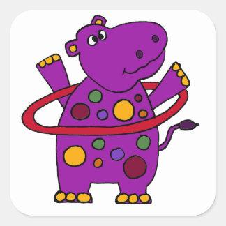 Hipopótamo púrpura divertido que juega el aro de pegatina cuadrada
