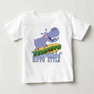 Hippopotamus de la persona que practica surf playera de bebé