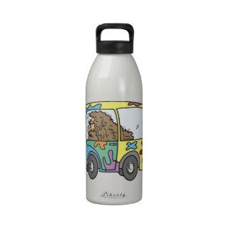 hippy y furgoneta con paz botellas de beber