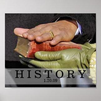HISTORIA: Presidente Obama Hand en la biblia de Li Póster