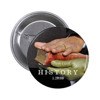 HISTORIA: Presidente Obama Hand en la biblia de Pin Redondo De 2 Pulgadas
