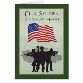 Hogar agradable un soldado anunciando su vuelta tarjeta de felicitación