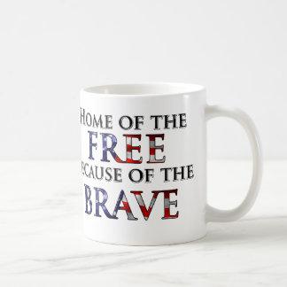 Hogar del libre debido al valiente taza