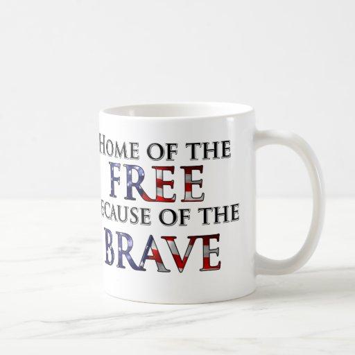 Hogar del libre debido al valiente taza básica blanca
