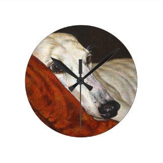 Hogar en el perro pasado del galgo reloj redondo mediano