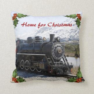 Hogar en el tren para la almohada del navidad
