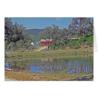 Hogar y granero del rancho en país de la colina de tarjeta de felicitación