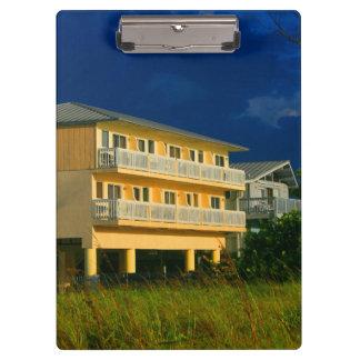 hogares amarillos de la playa del edificio sentado