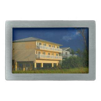 hogares amarillos de la playa del edificio sentado hebilla de cinturón rectangular