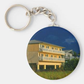 hogares amarillos de la playa del edificio sentado llaveros