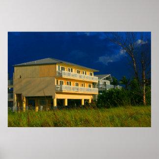 hogares amarillos de la playa del edificio sentado impresiones