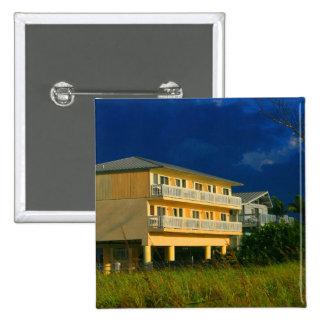 hogares amarillos de la playa del edificio sentado pin