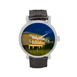 hogares amarillos de la playa del edificio sentado relojes de mano