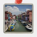 Hogares coloridos a lo largo del canal en la isla adorno navideño cuadrado de metal