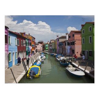Hogares coloridos a lo largo del canal en la isla tarjetas postales