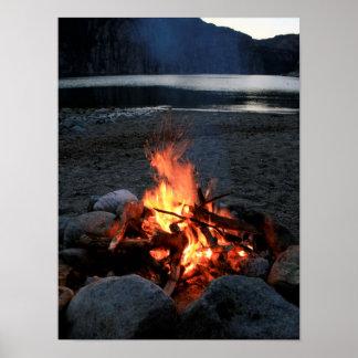 Hoguera de la orilla del lago póster