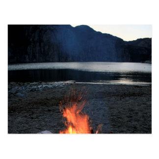 Hoguera de la orilla del lago tarjetas postales