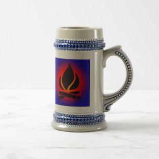 Hoguera en la cerveza Stein de la puesta del sol Tazas De Café