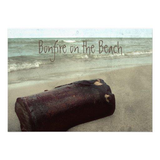 Hoguera retra de la línea de la playa en la playa