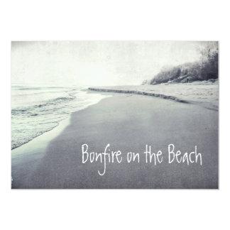 """Hoguera retra de la línea de la playa en la playa invitación 5"""" x 7"""""""