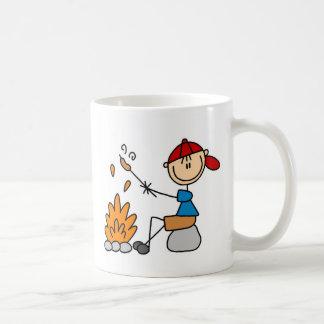 Hoguera y taza de los perritos calientes