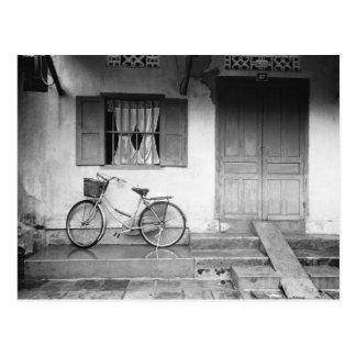 Hoi un Vietnam, casa con la bicicleta Tarjetas Postales