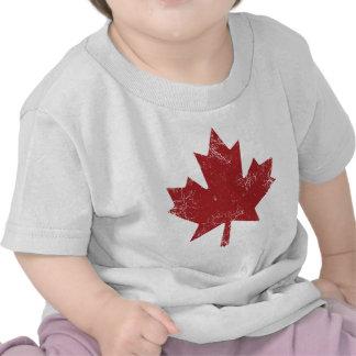 Hoja de arce canadiense (apenada) camisetas