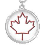 Hoja de arce canadiense grabada en relieve colgantes