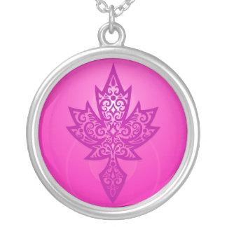 Hoja de arce compleja - de color rosa oscuro collar plateado