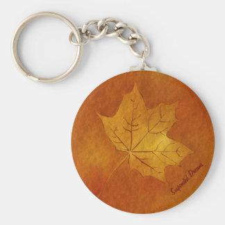 Hoja de arce del otoño en oro llavero redondo tipo pin