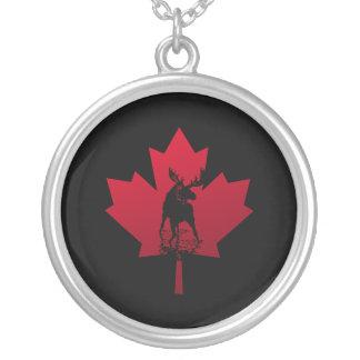 Hoja de arce y alces canadienses colgante redondo