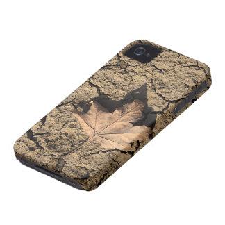 Hoja muerta en el suelo sucio seco - fotografía de iPhone 4 Case-Mate carcasas