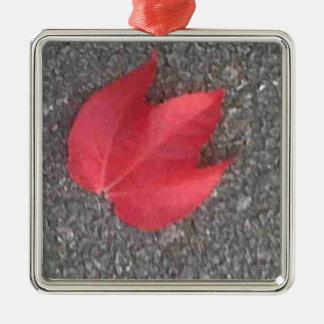 Hoja roja en la pista de despeque adorno cuadrado plateado