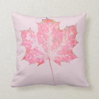 Hoja rosada en la almohada rosada