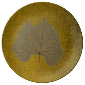 Hoja seca gris polvorienta del vintage en marrón platos de cerámica