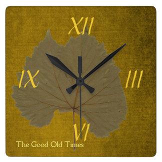Hoja seca gris polvorienta del vintage en marrón reloj cuadrado