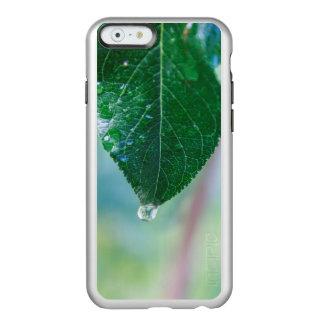 Hoja verde con una gota de rocío en el caso del funda para iPhone 6 plus incipio feather shine