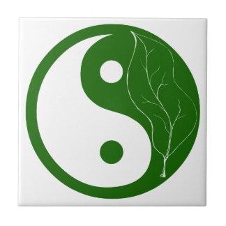 Hoja verde de la teja de Yin Yang de la naturaleza