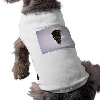Hoja verde oscuro del helecho camiseta de perro