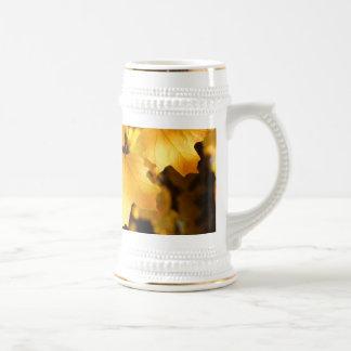 Hojas amarillas de oro de la caída de la acción de taza de café