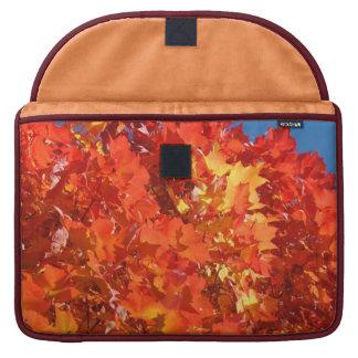 Hojas brillantes del árbol anaranjado de las manga fundas para macbook pro
