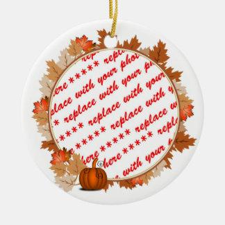 Hojas de arce con el marco de la foto de la adorno navideño redondo de cerámica