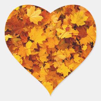 Hojas de arce del otoño pegatina corazon