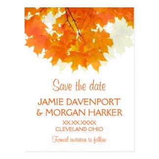 Hojas de arce del otoño que casan reserva la fecha tarjeta postal